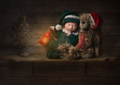 Creative-Essex-Newborn-Photographer---baby-Elf-on-shelf